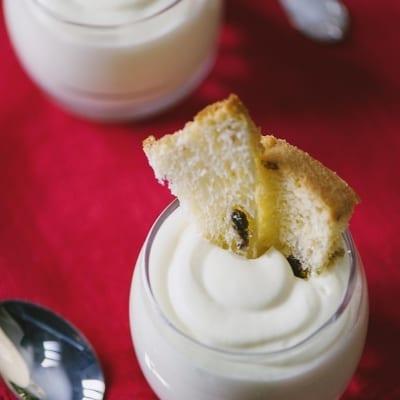 Crema al mascarpone con uova pastorizzate in bicchiere con panettone e pandoro