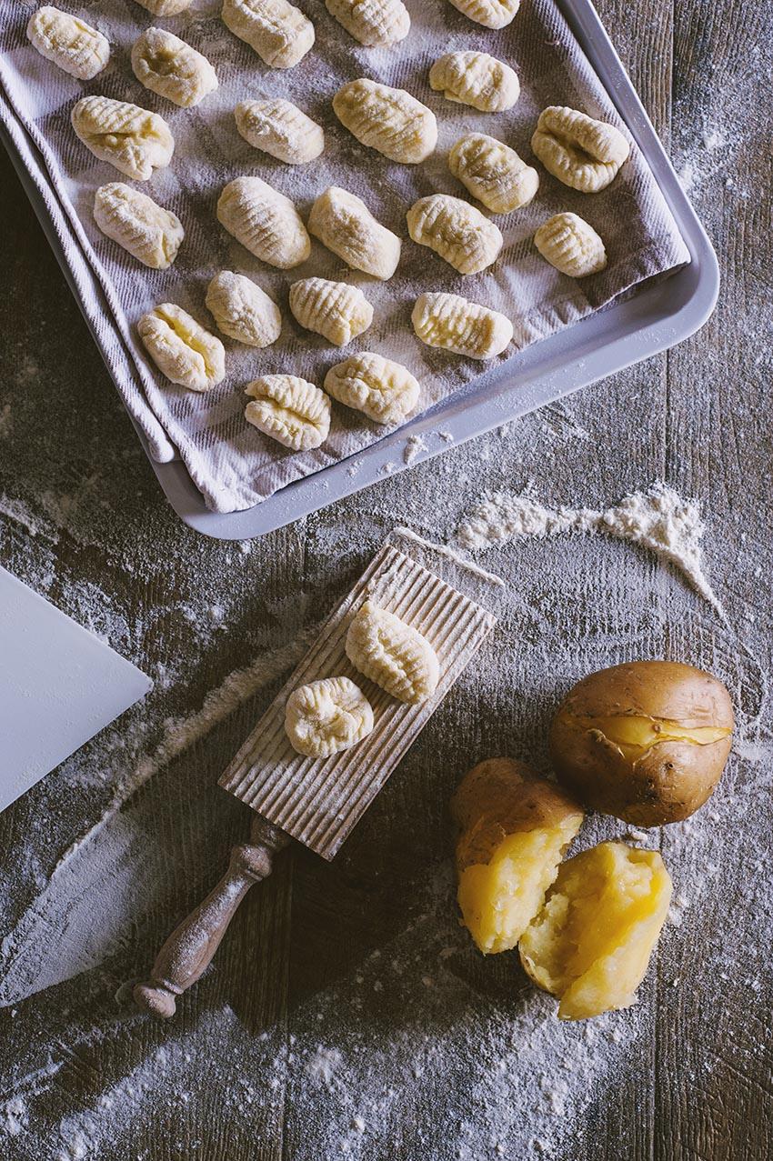 gnocchi di patate, la ricetta di sonia peronaci - Come Cucinare Gli Gnocchi Di Patate