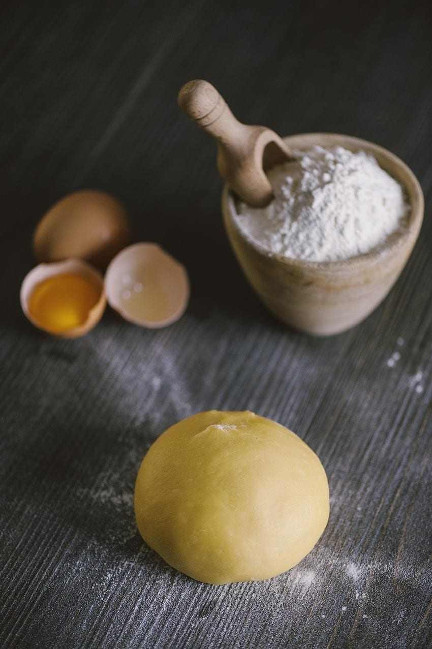 Pasta fresca all'uovo sul vassoio pronta per essere cucinata