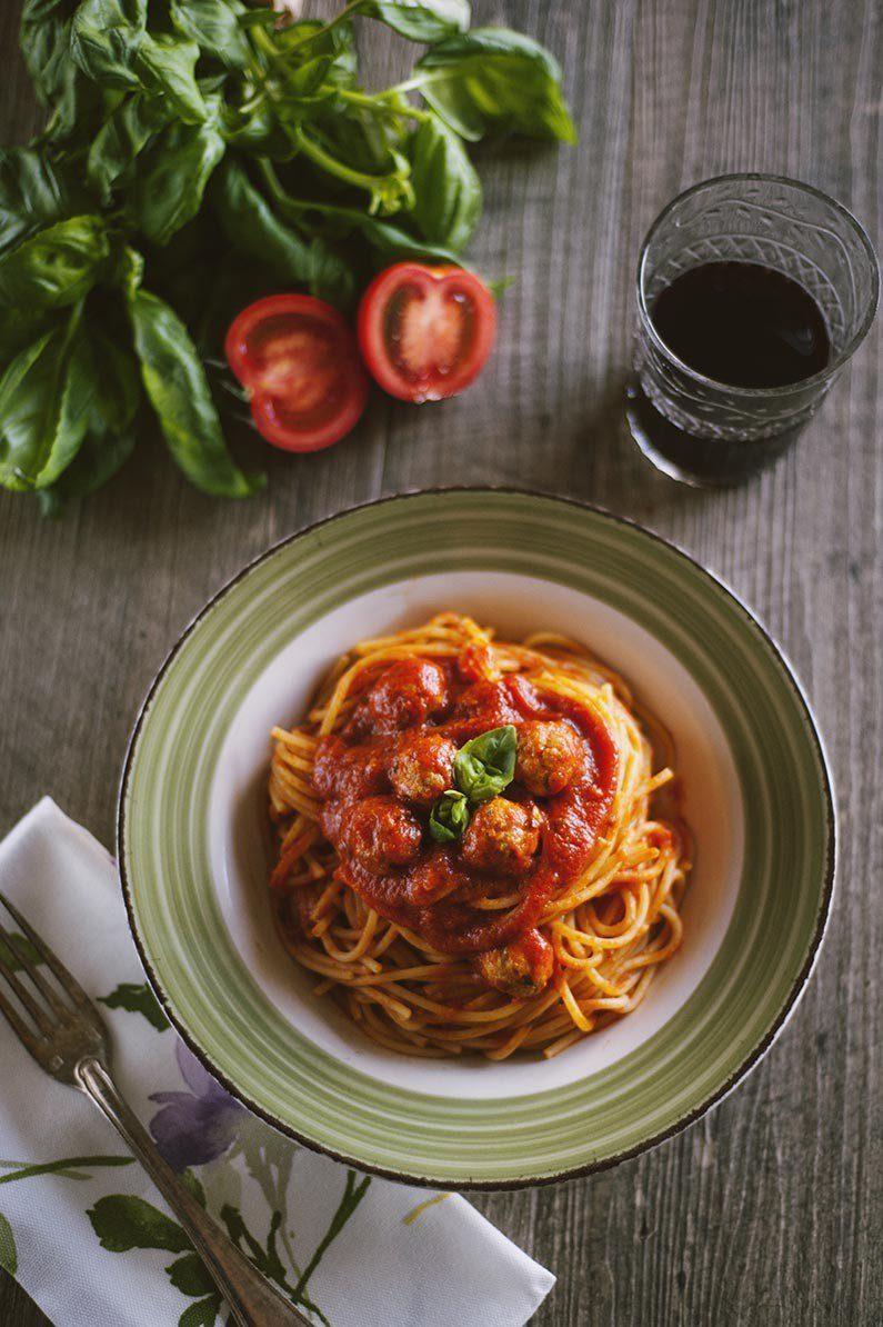 Spaghetti con le polpettine nel piatto fumanti pronte all'assaggio