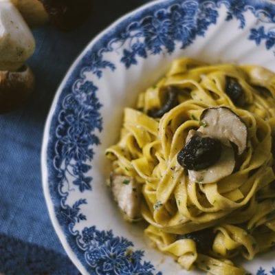 Tagliatelle ai funghi porcini nel piatto pronti per l'assaggio