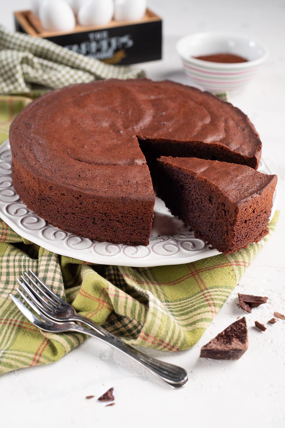 Torta al cioccolato con fetta tagliata