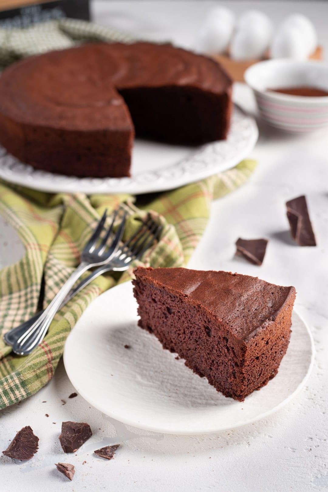 quando sarà fredda, puoi togliere anche la base dello stampo da sotto la torta e adagiarla su di un piatto da portata.