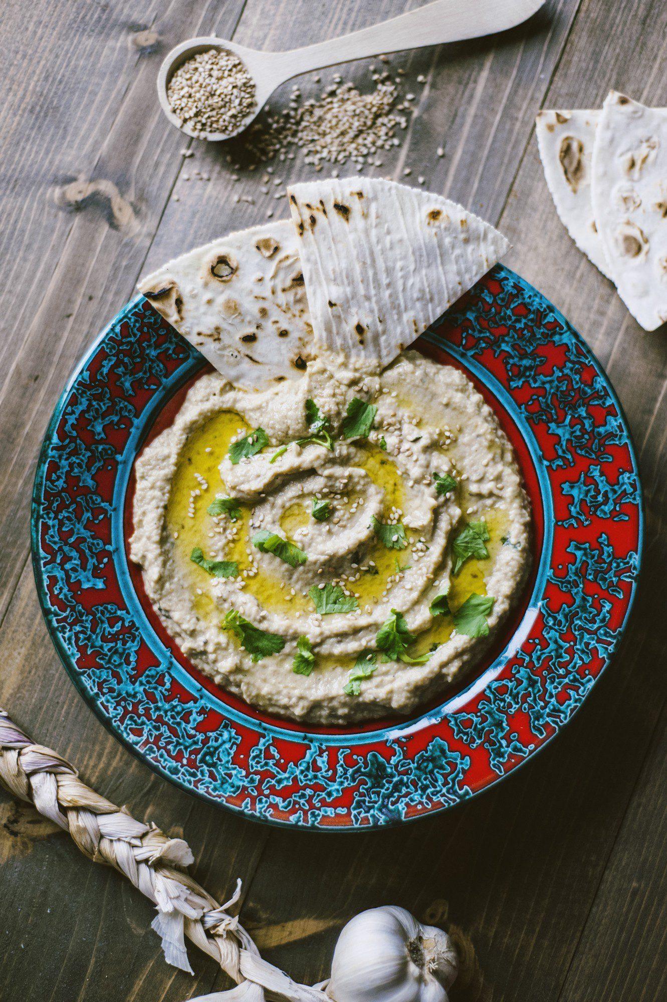 Babaganoush servita nel piatto con pane