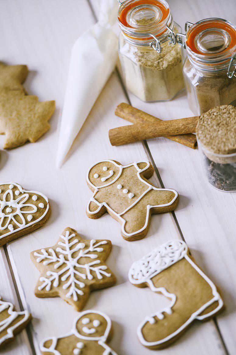 Biscotti di pan di zenzero decorati pronti per il Natale
