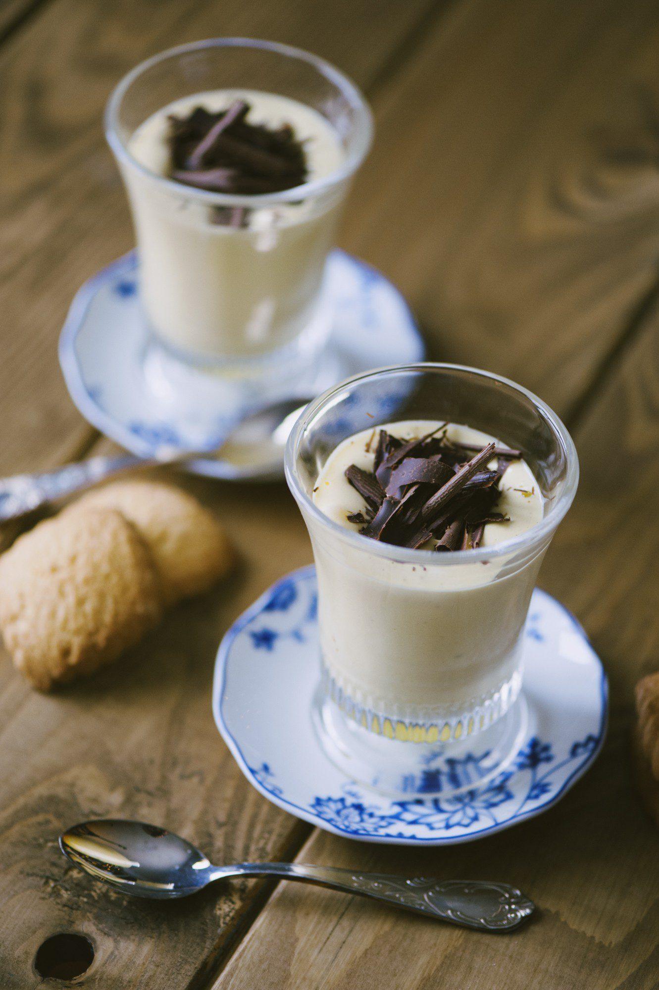 Zabaione in tazza con scaglie di cioccolato pronto all'assaggio