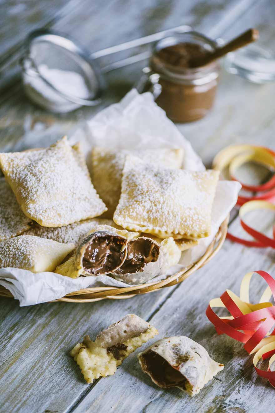 Bugie ripiene di Nutella impiattate per Carnevale