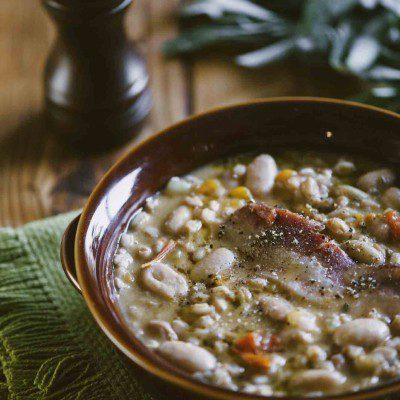 Zuppa di farro e fagioli nel coccio ben calda pronta all'assaggio
