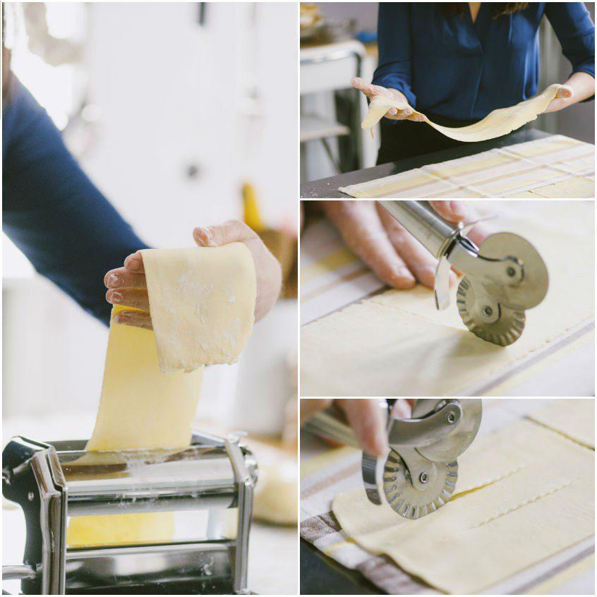Passa trai rulli e i vari spessori almeno 2-3 volte fino ad arrivare alla penultima tacca della macchinetta, ripiegandola a libro e spolverizzando leggermente la pasta ad ogni passaggio con dell'amido di mais;