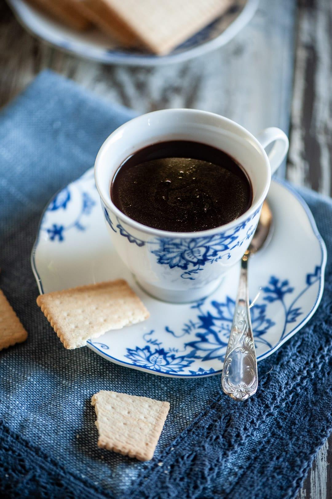 Cioccolata calda in tazza senza glutine e latticini calda appena preparata accompagnata da biscotti