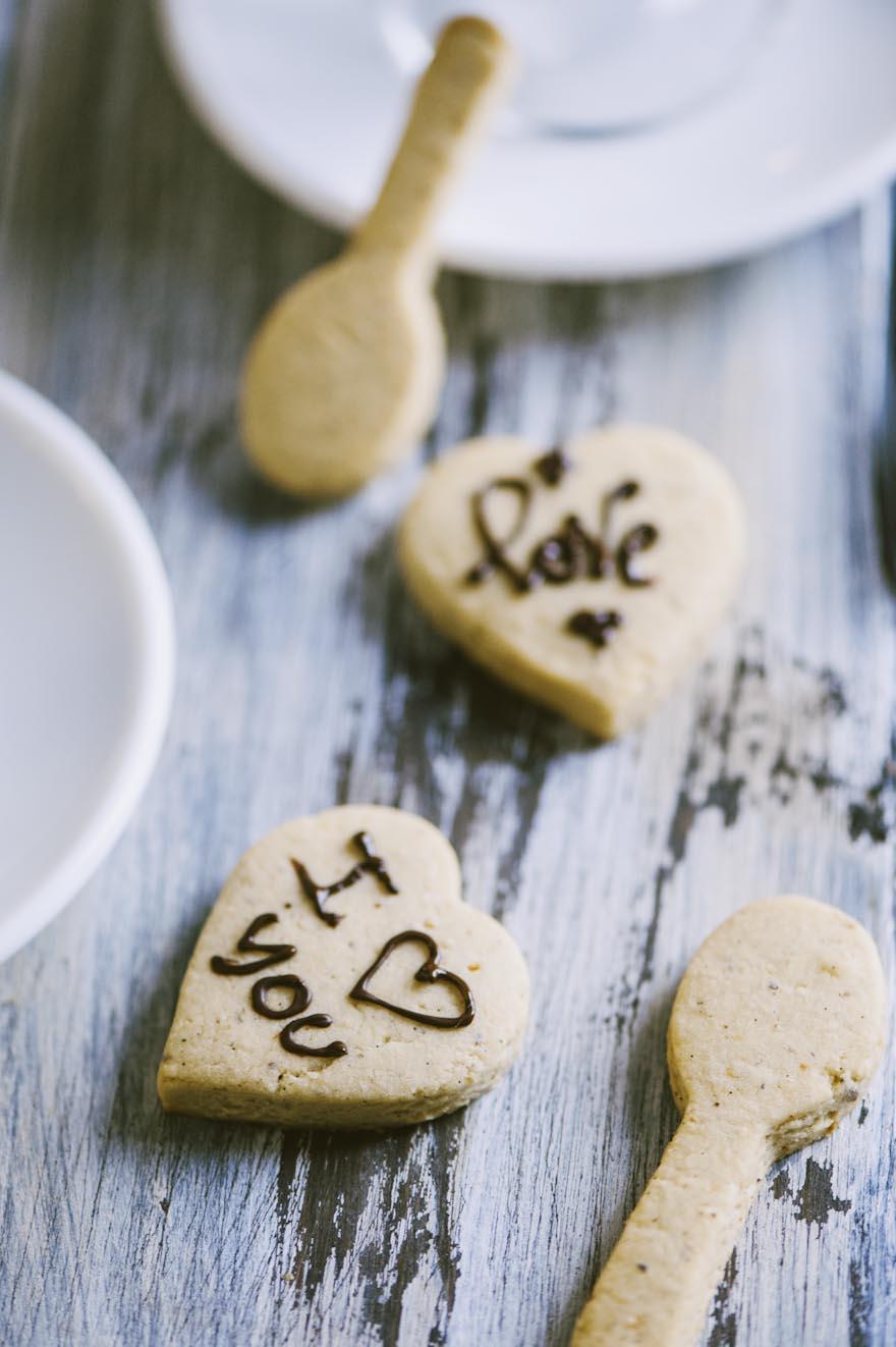 Biscotti alle nocciole, a forma di cuoricino o di cucchiaino e da personalizzare con romantiche scritte di cioccolato fuso