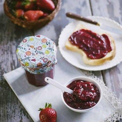 Confettura di fragole, pronta da spalmare su una fetta di pane!