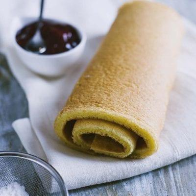 Pasta biscotto all'olio, pronta per essere farcita e trasformarsi in un rotolo