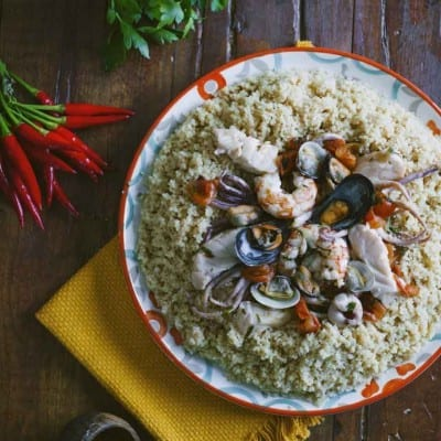 Couscous di pesce, servito ancora caldo e con il pesce a guarnire