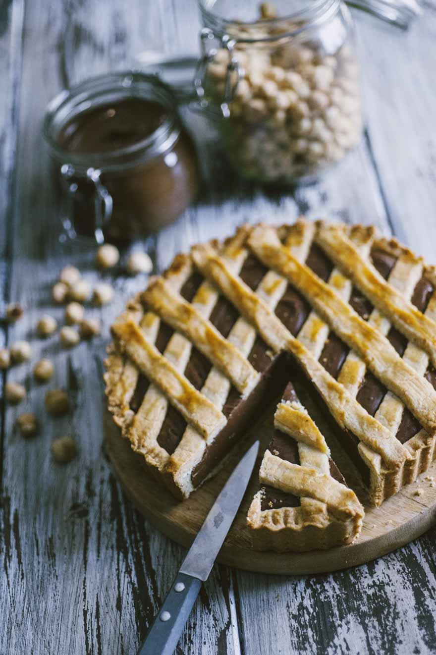 Crostata alla Nutella, a fette e pronta per essere assaggiata
