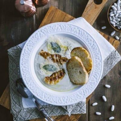 Crema di cannellini con guanciale, accompagnata da croccanti cialde di formaggio
