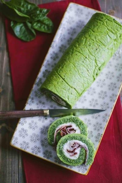 Rotolo di frittata verde con speck stracchino