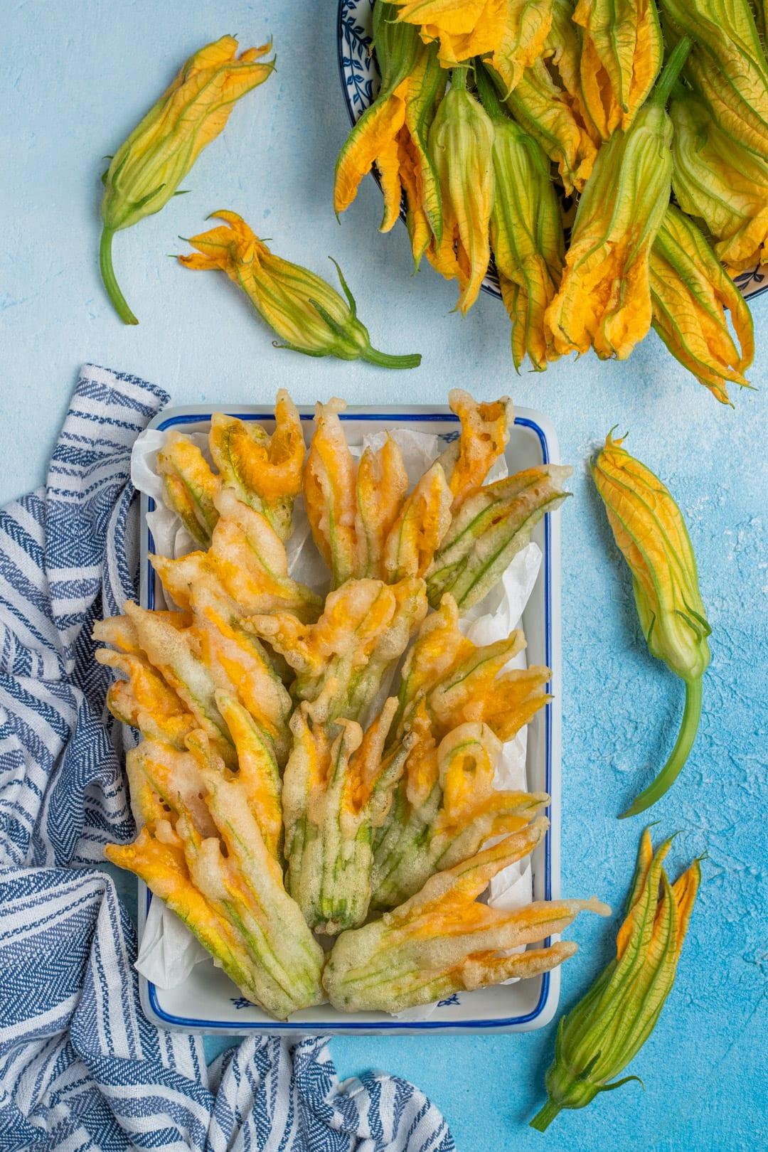 Fiori di zucca fritti in pastella pronti per l'assaggio