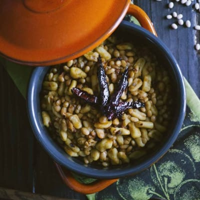 Cavatelli ai fagioli bianchi e peperoni cruschi, appena serviti ben caldi