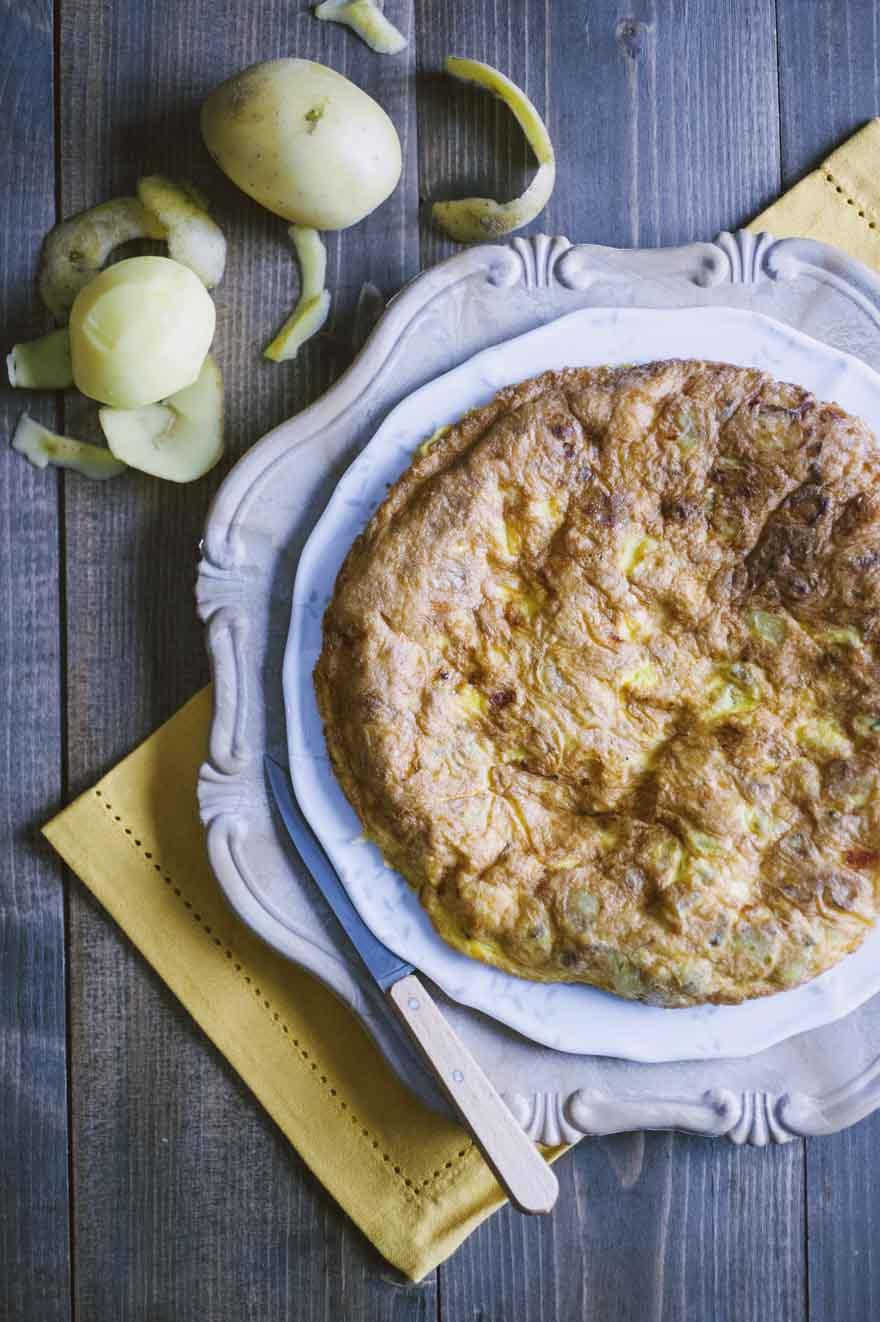 Frittata di patate, ancora calda e servita nel piatto!
