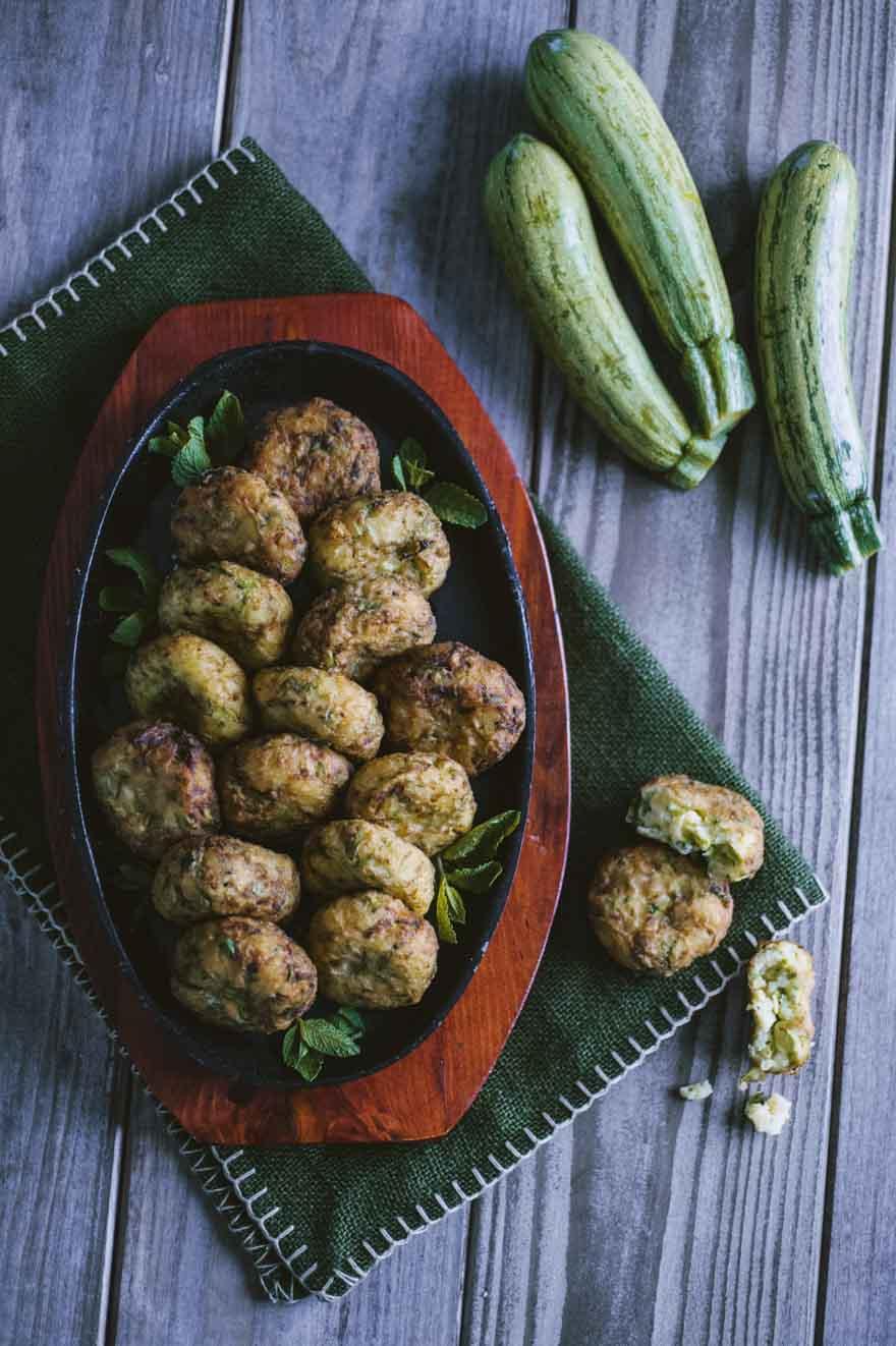 Polpette di zucchine, fritte e servite con qualche fogliolina di menta a decorare