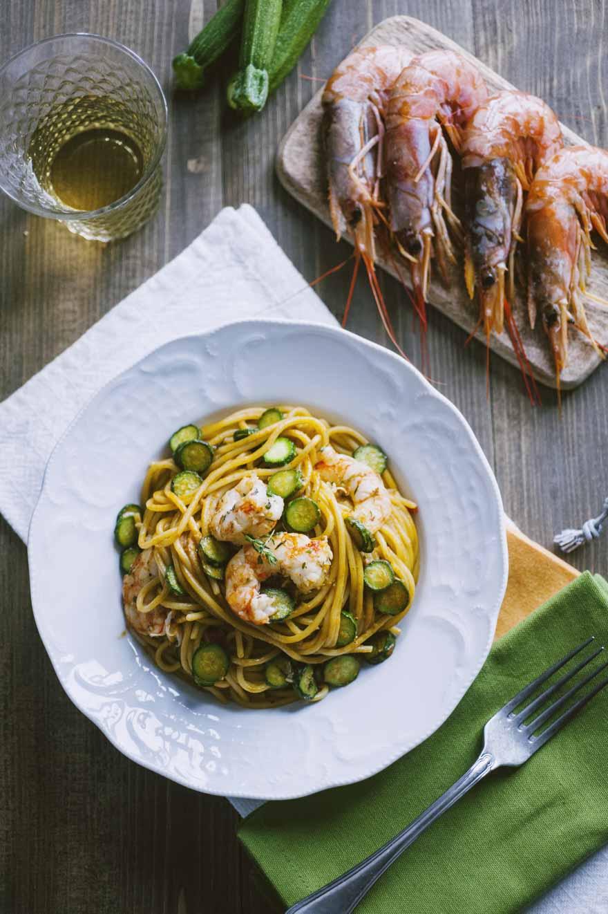 Spaghetti con gamberi e zucchine, invitanti e già nel piatto