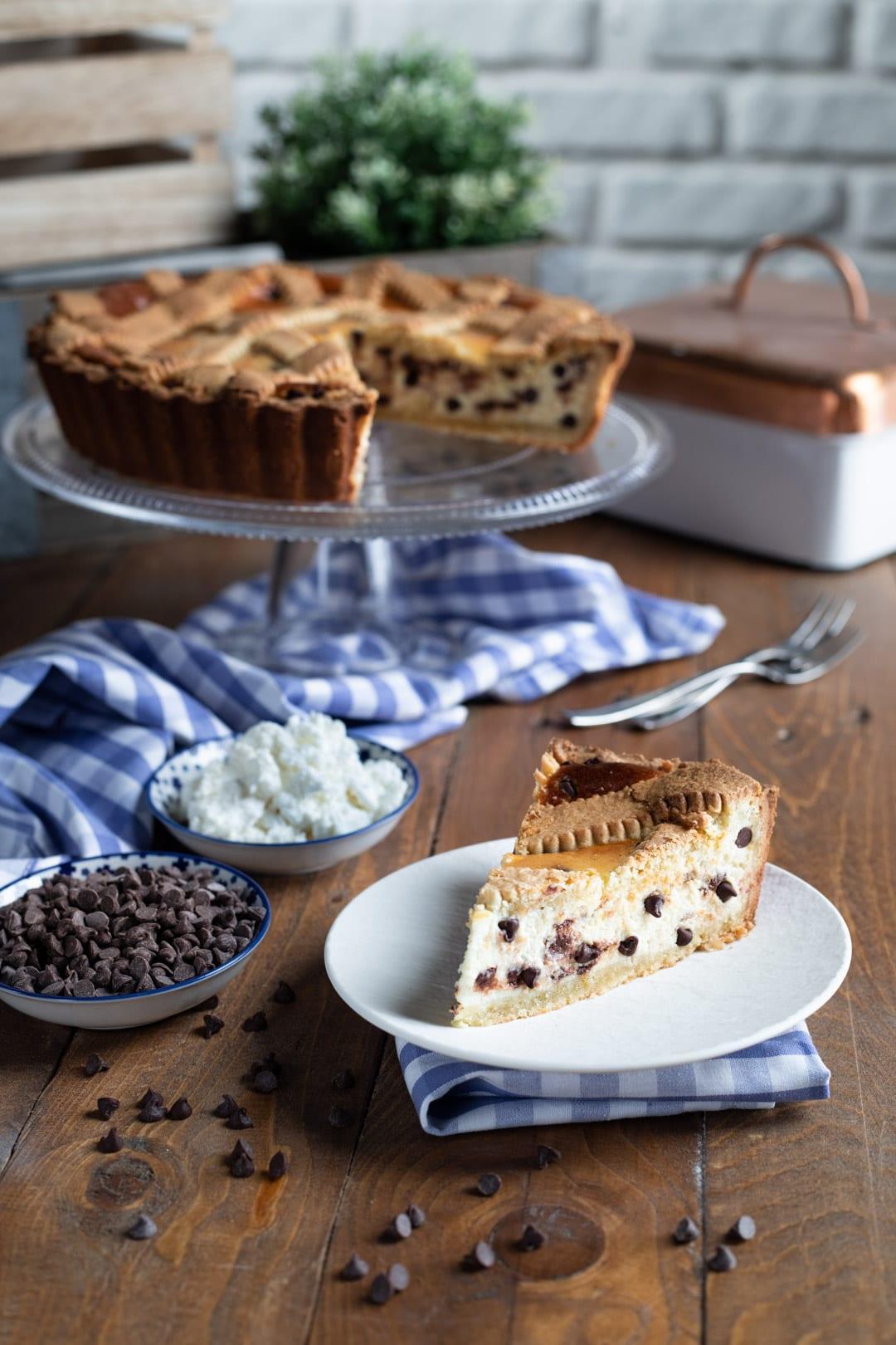 Crostata al mascarpone e gocce di cioccolato, una bella fetta ancora tiepida