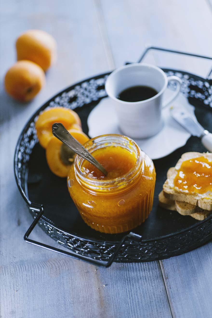 Confettura di albicocche, pronta da servire su una fragrante fetta biscottata