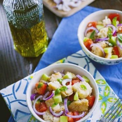 Panzanella, fresca e servita in tutti i suoi brillanti colori