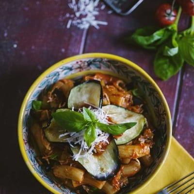 Pasta alla Norma, servita con fette di melanzane fritte, ricotta grattugiata e basilico fresco
