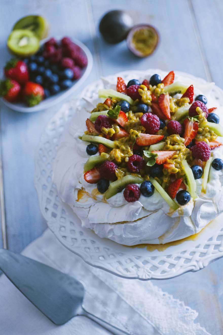 Pavlova, guarnita con tanta frutta fresca e panna