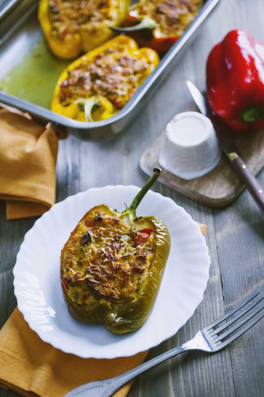 Peperoni ripieni, serviti ancora caldi, con la gratinatura croccante