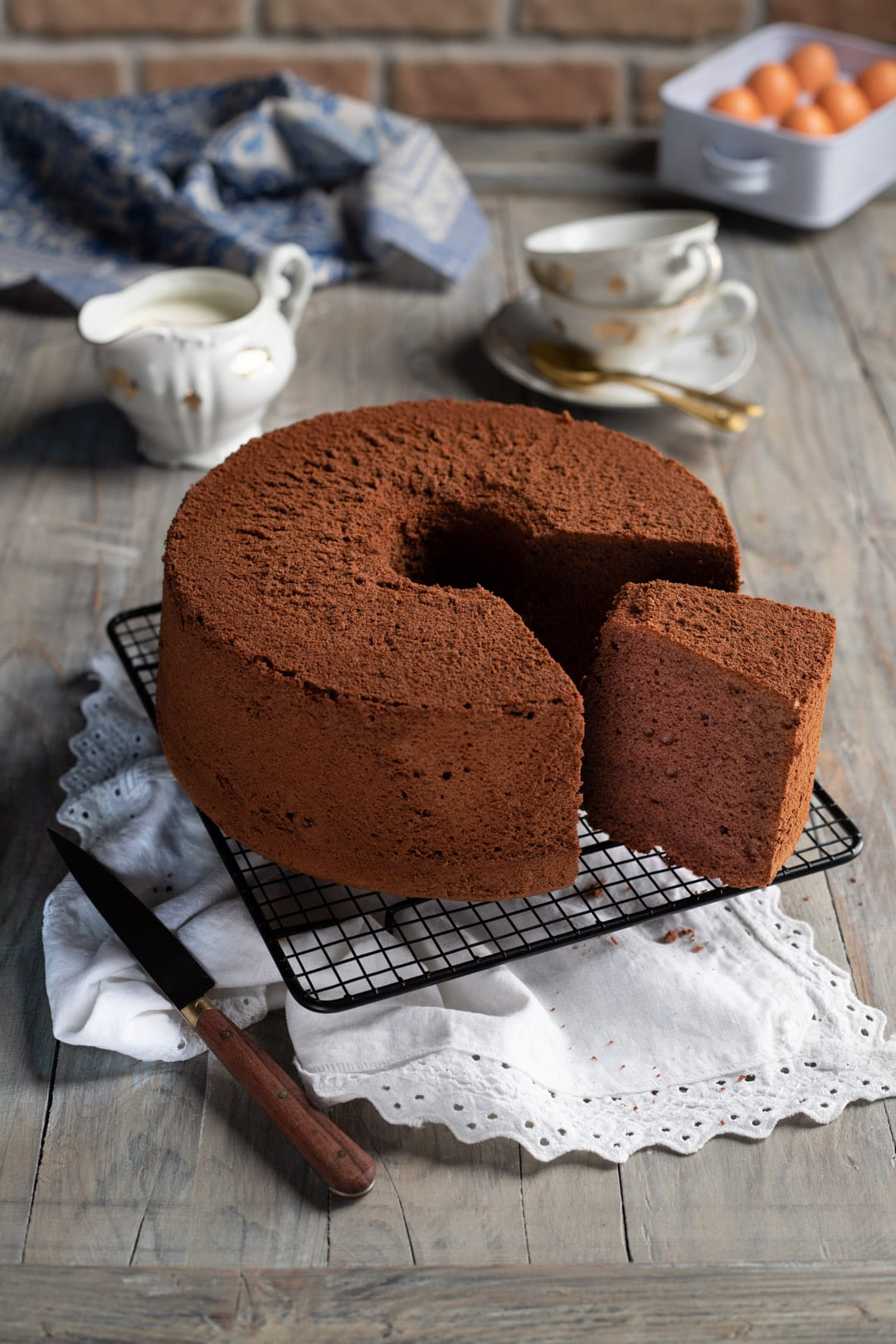 Chiffon cake al cacao con fetta tagliata e pronta da gustare