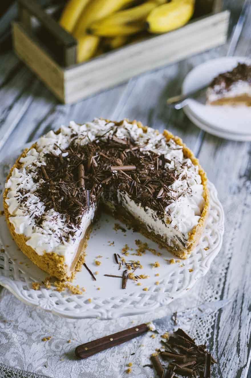 Banoffee pie, decorata con tante scaglie di cioccolato