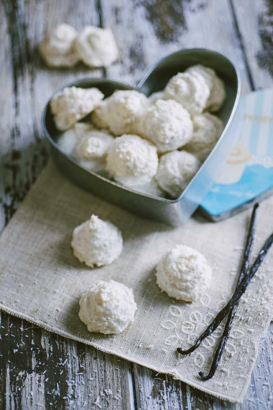 Biscotti al cocco, serviti in una elegante scatola di latta