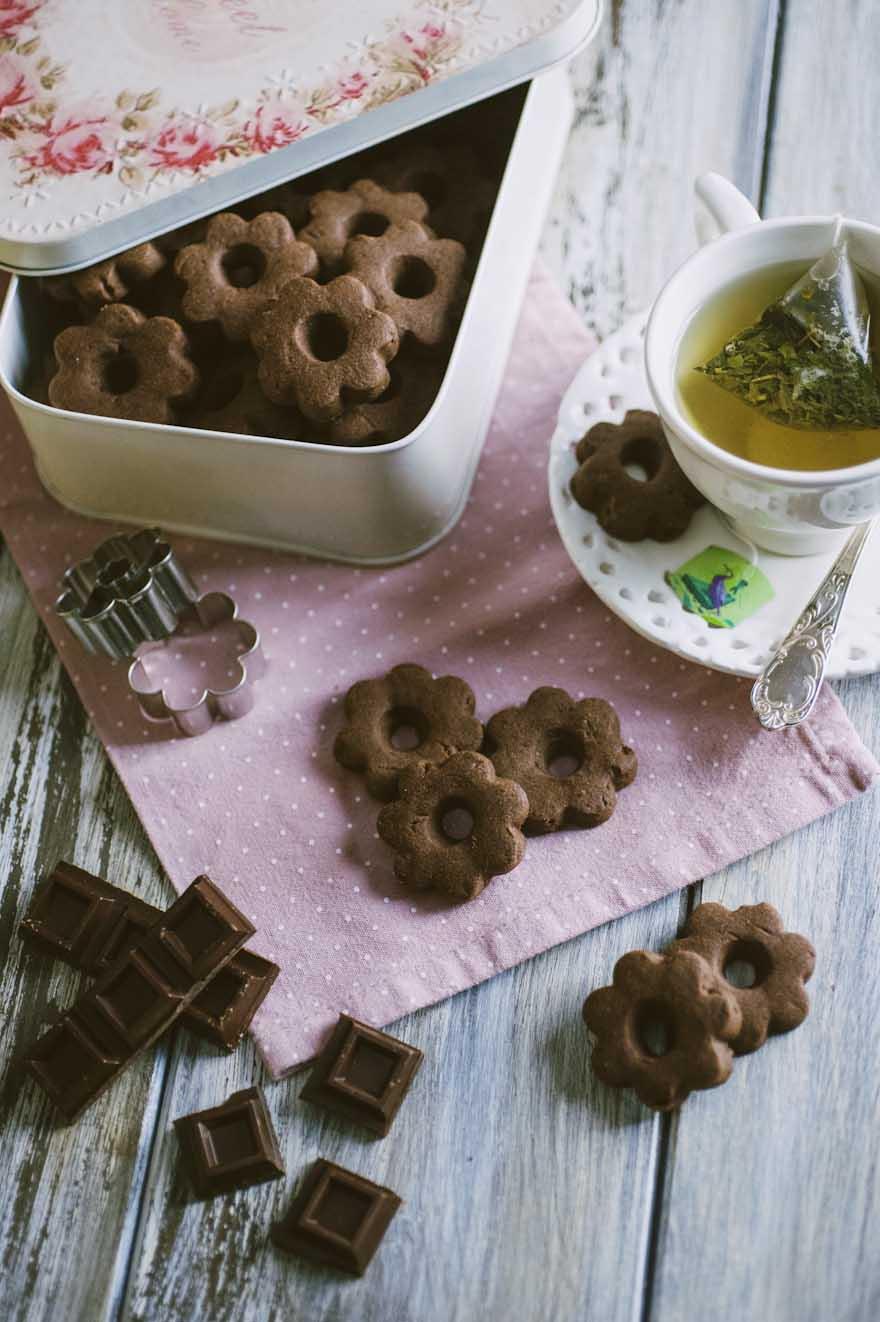 Canestrelli al cioccolato, serviti con un bel tè caldo