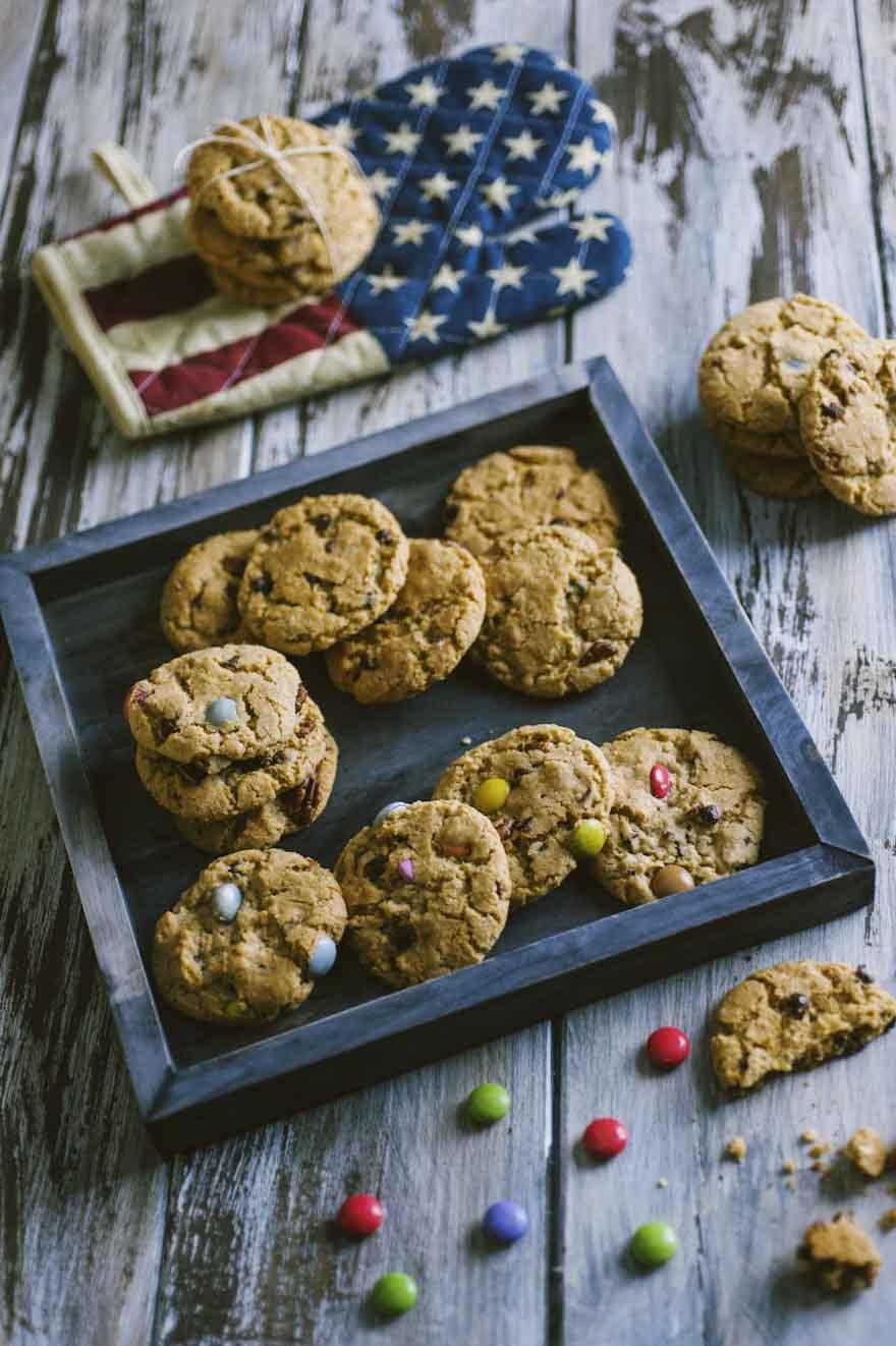 Cookies, con gocce di cioccolato, confettini colorati e noci