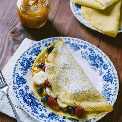 Crepes senza glutine e latticini, farcita con confettura e frutta fresca
