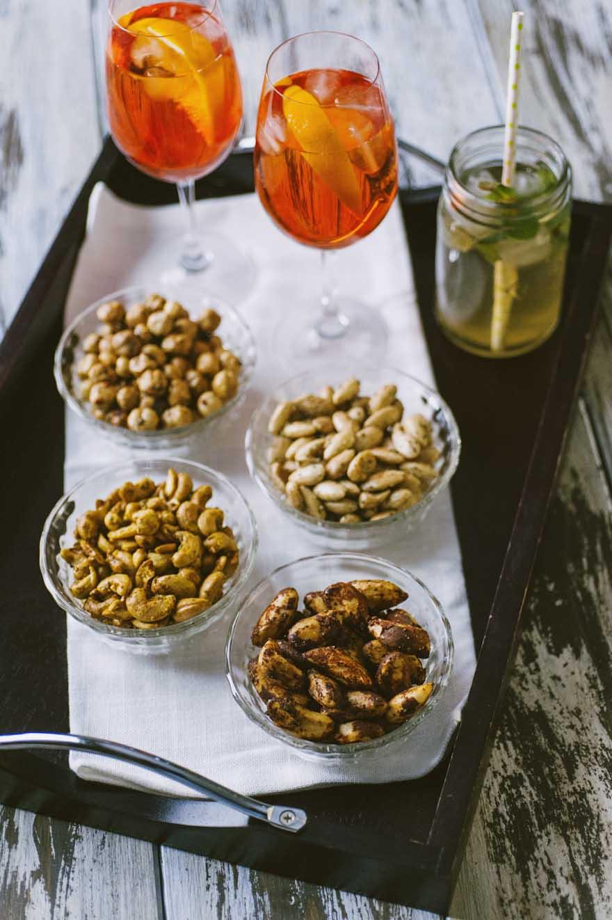Frutta secca da aperitivo, speziata a servita per accompagnare spritz, Hugo e altri cocktail