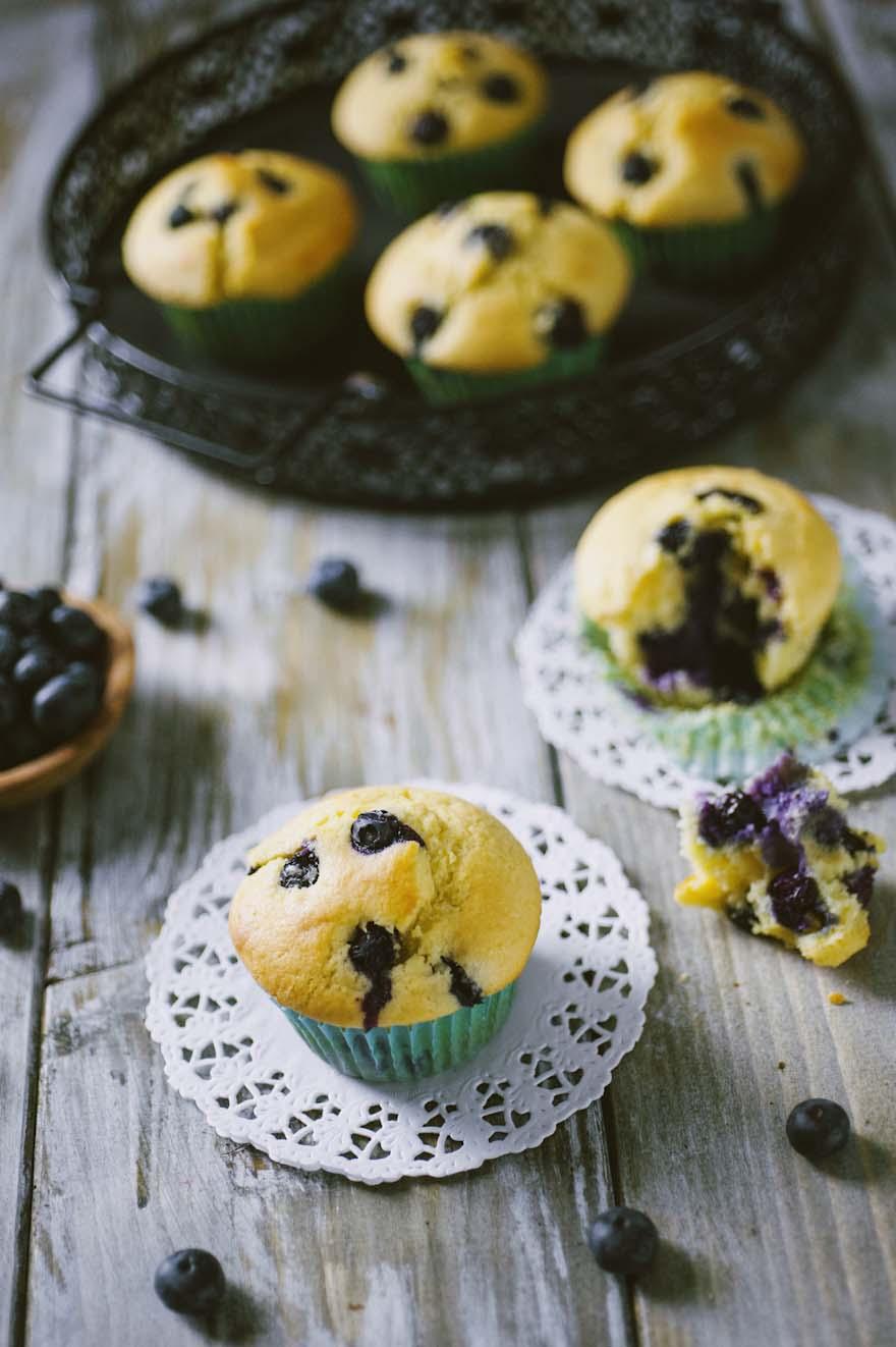 Muffin ai mirtilli, presentati in pirottini colorati