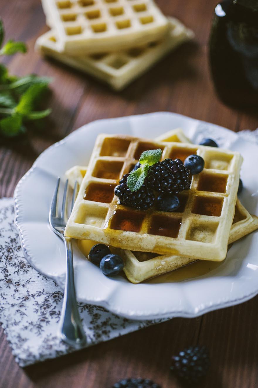 Belgian waffle, irrorate con sciroppo d'acero e more