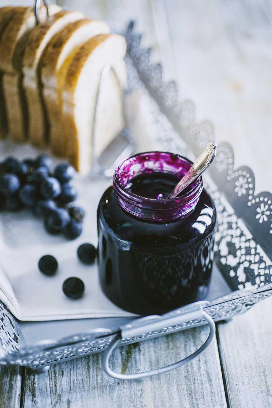 Confettura di uva fragola, pronta per essere spalmata su una bella fetta di pane