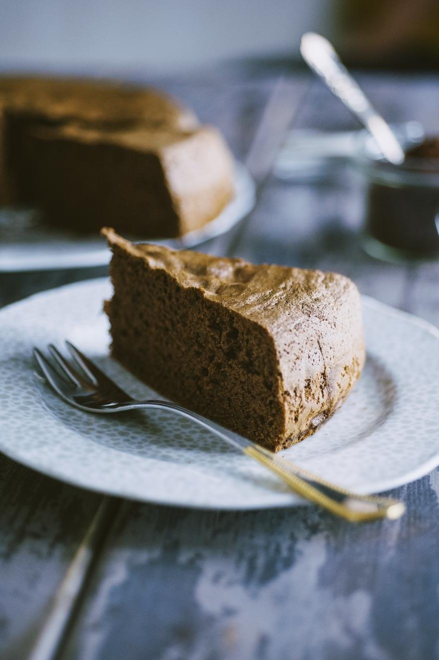 Pan di Spagna al cacao senza glutine e latticini, una fetta bella alta e soffice