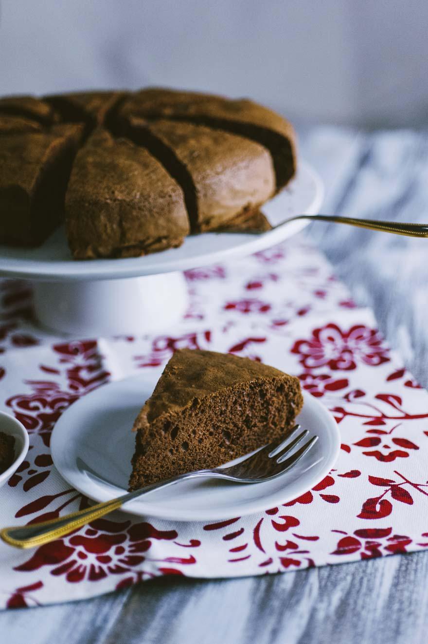 Pan di Spagna al cacao, bello alto e servito a fette