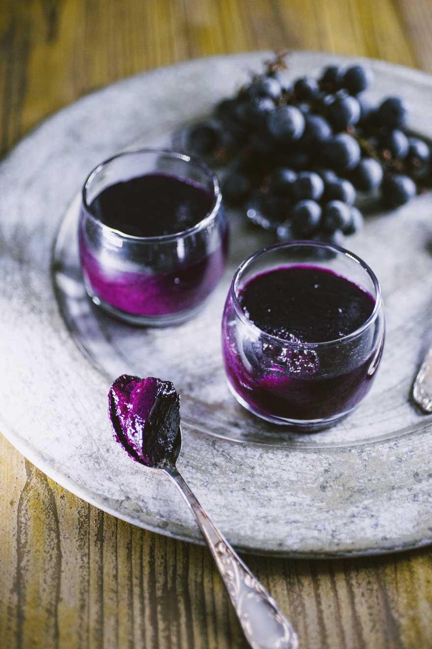 Sugoli di uva fragola, serviti in bicchierini monoporzione e accompagnati da acini di uva