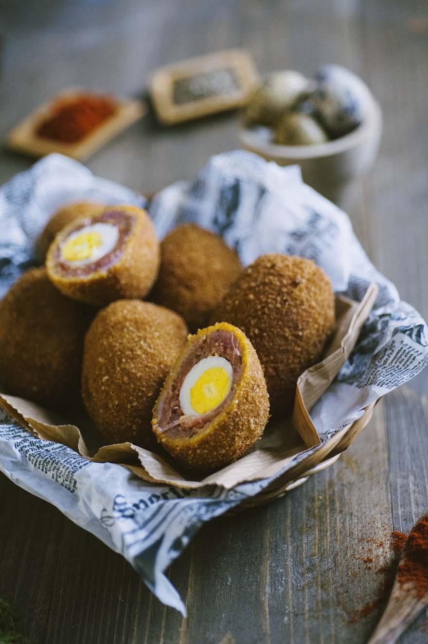 Uova alla scozzese, fritte e servite in un grazioso cestino