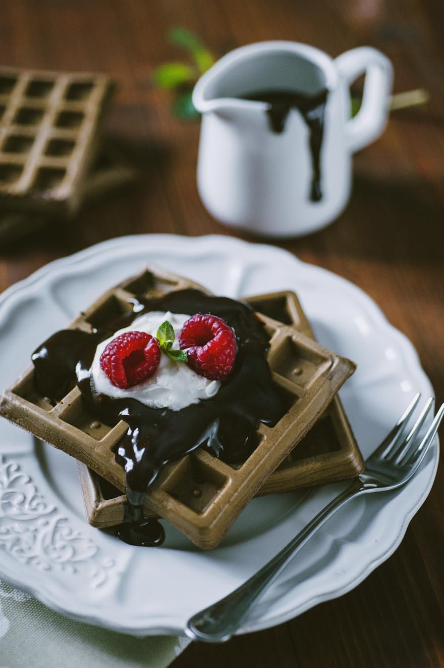 Waffle al cacao, serviti con ganache al cioccolato e lamponi