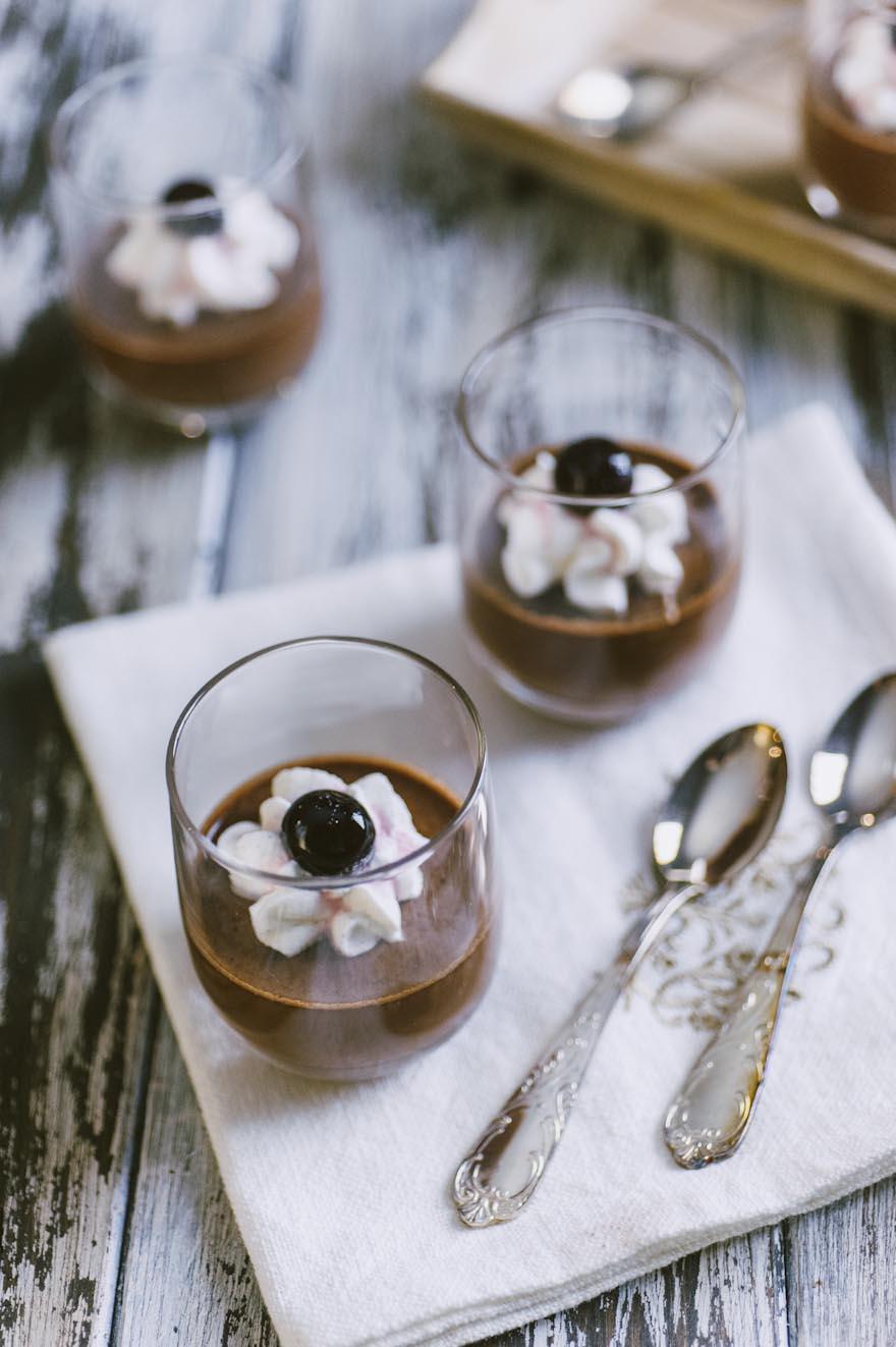 Cremoso al gianduia, in bicchierini monoporzione e decorato con panna montata e ciliegie sciroppate