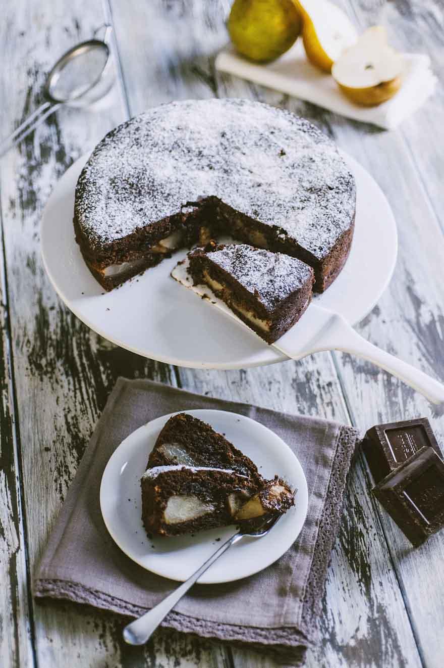 Torta di pere e cioccolato, servita a fette e con una bella spolverizzata di zucchero a velo