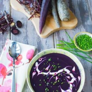 Vellutata di carote viola, servita con una meravigliosa decorazione a base di yogurt greco